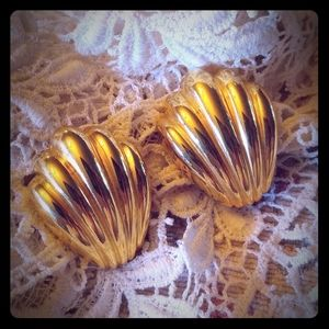 Chunky gold shell clip vintage earrings